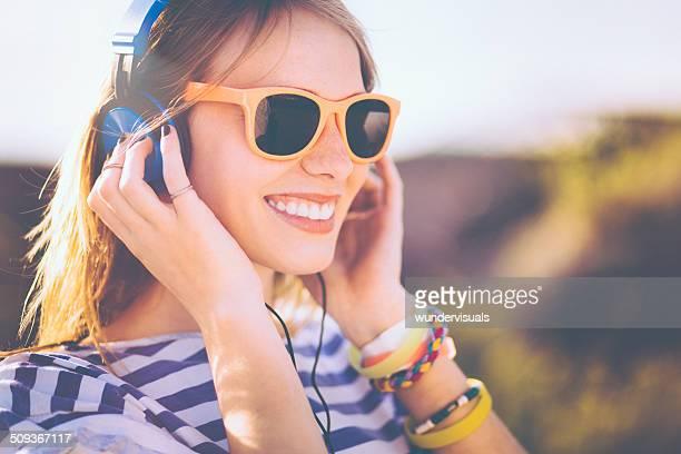 Teen fille écoutant de la musique