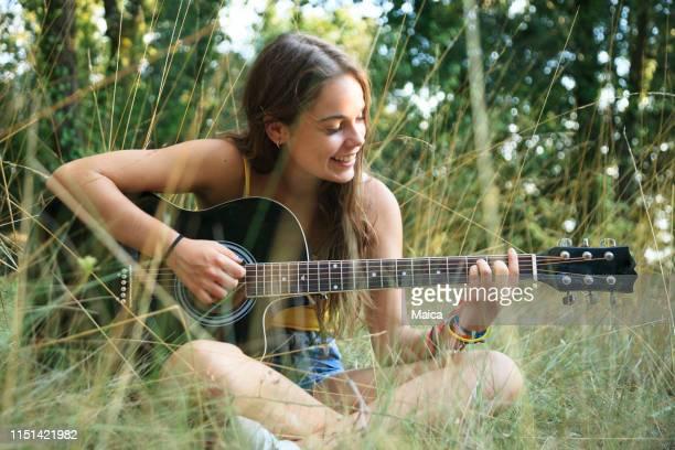 chica adolescente tocando la guitarra - stringed instrument fotografías e imágenes de stock
