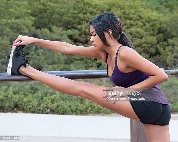 teen girl stretching before run - thousand oaks - fotografias e filmes do acervo
