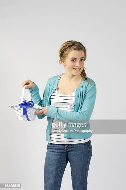 teen girl with white wicker basket - alleen tienermeisjes stockfoto's en -beelden
