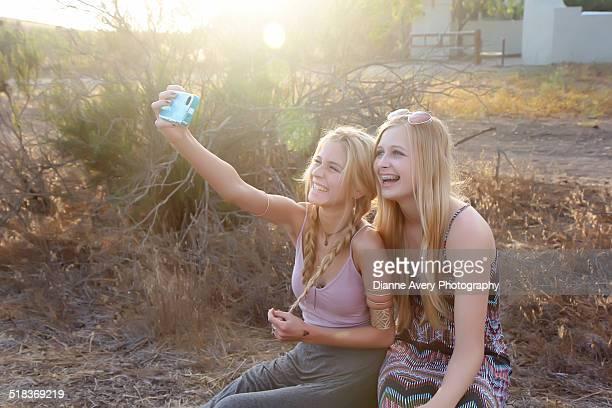 teen girlfriends taking a selfie - thousand oaks imagens e fotografias de stock
