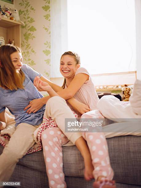 teen mädchen im pyjama-party lachen und kitzeln anderen - kitzeln stock-fotos und bilder