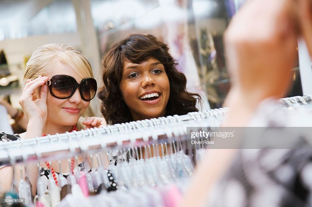 Teen girls in clothing store : Bildbanksbilder