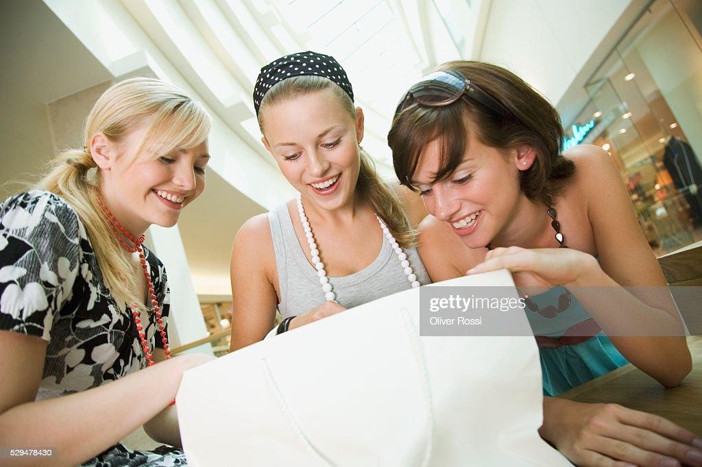 Teen girls in shopping center : Stockfoto
