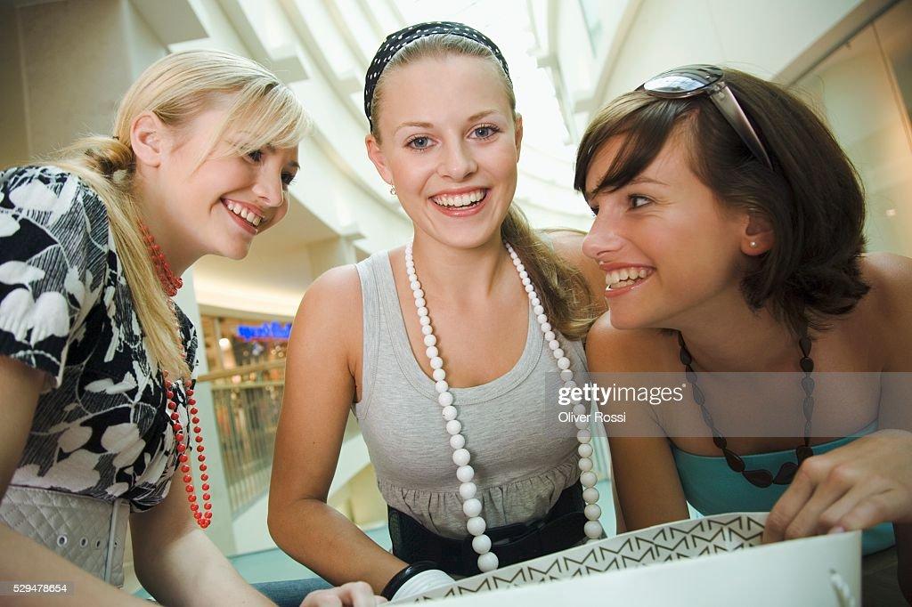Teen girls in shopping center : Foto de stock