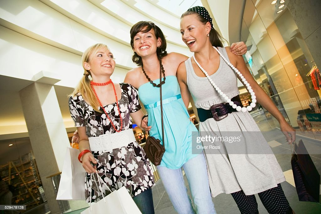 Teen girls shopping : Bildbanksbilder