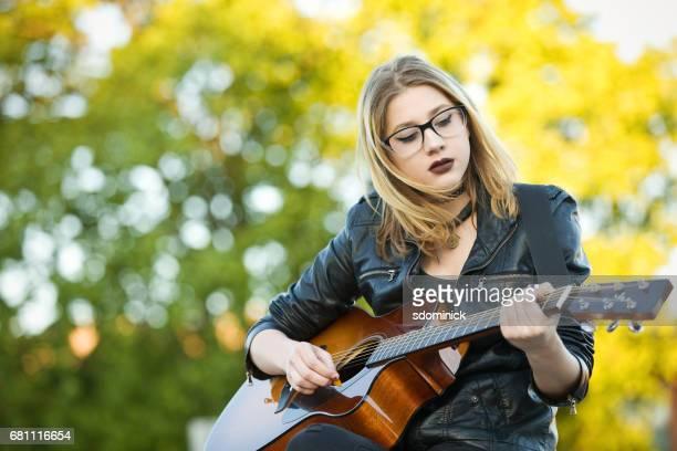 十代 gril ギターを弾く - シンガーソングライター ストックフォトと画像