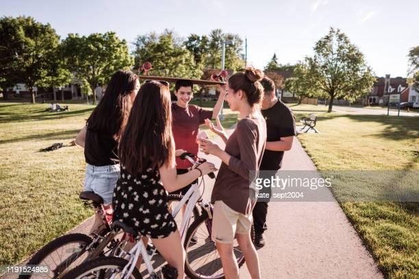 tiener groep - public park stockfoto's en -beelden