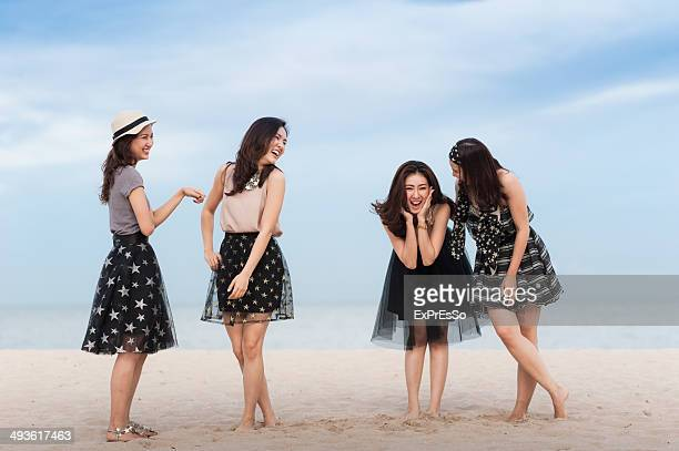 teen group posing for camera and lauging - ex copine photos et images de collection