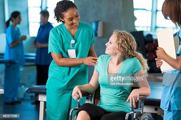 Teen Patienten im Rollstuhl mit Arzt in Physiotherapie hospital