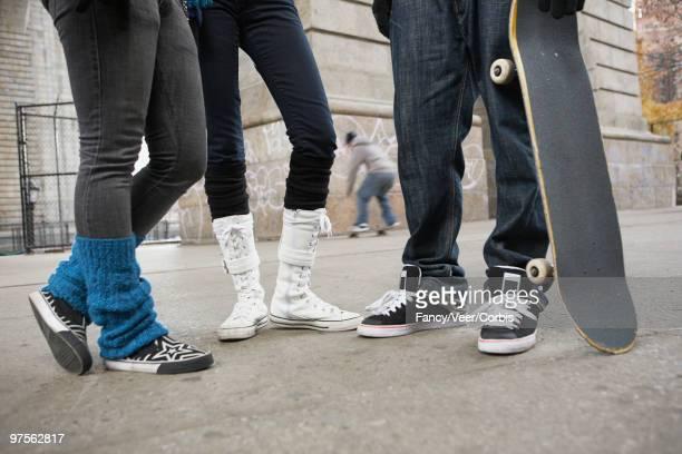 teen skateboarders - unterer teil stock-fotos und bilder