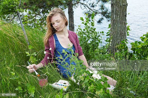 teen watercolor painting outdoors - kathy self fotografías e imágenes de stock