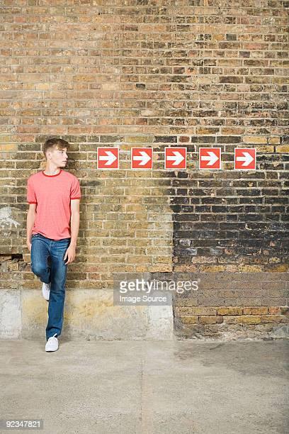 Rapaz adolescente e linha de setas