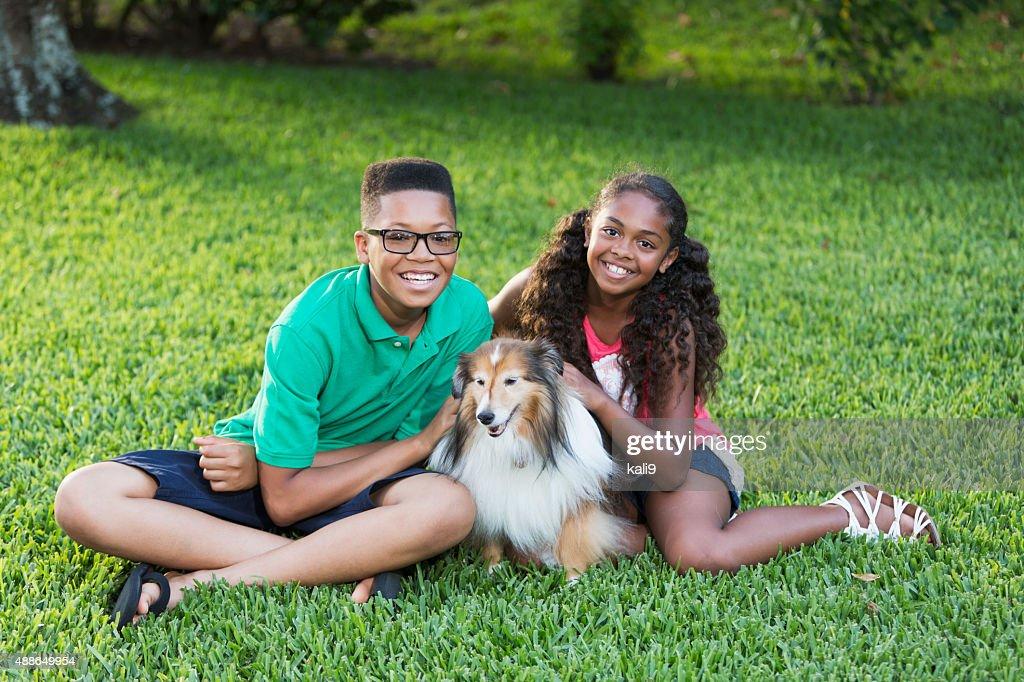 Teenagerjungen Mit Schwester Sie Ihn Streicheln Den Hund