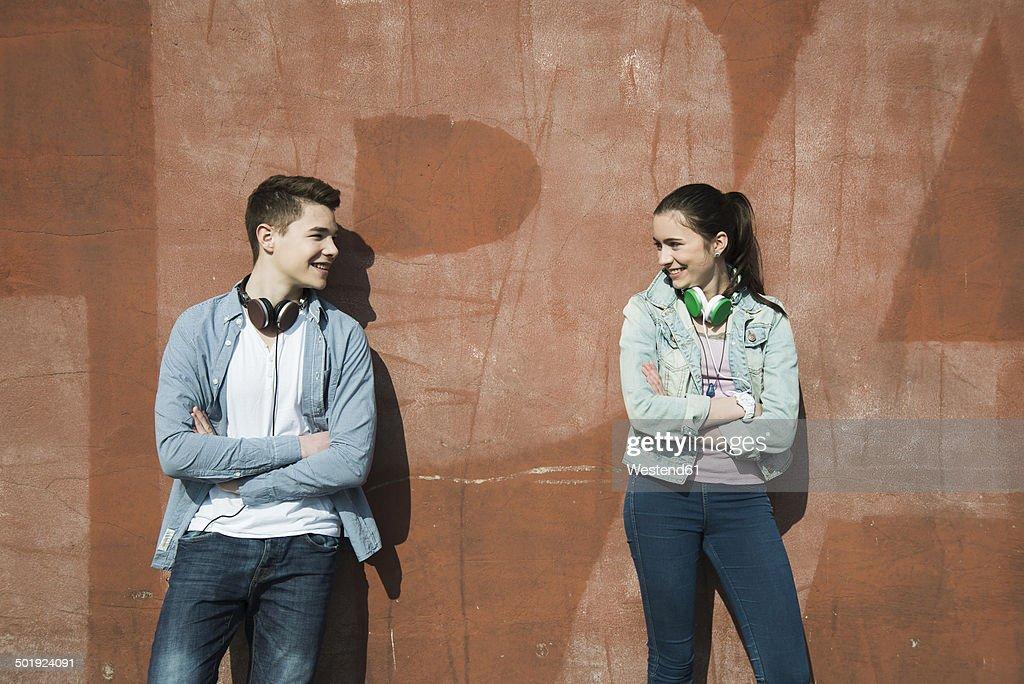 Teenage boy and teenage girl communicating : ストックフォト