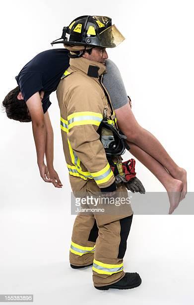 Jeune garçon à l'aide de pompier