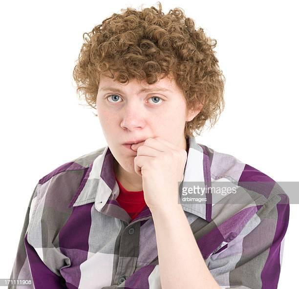 Jeune garçon mordre Ongle