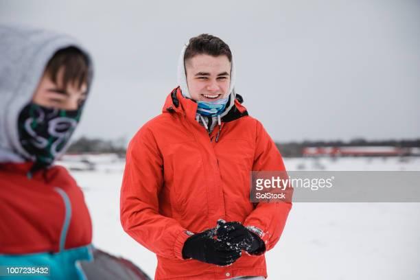 tonåriga pojke njuter av snön med sin vän - endast tonårspojkar bildbanksfoton och bilder