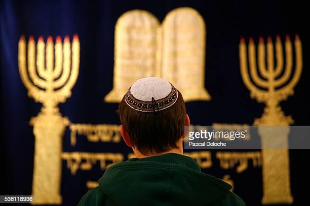 teenage boy in synagogue - synagoga bildbanksfoton och bilder