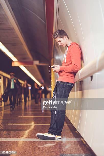Teenager boy in der Stadt