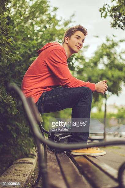 Teenager boy in der Stadt