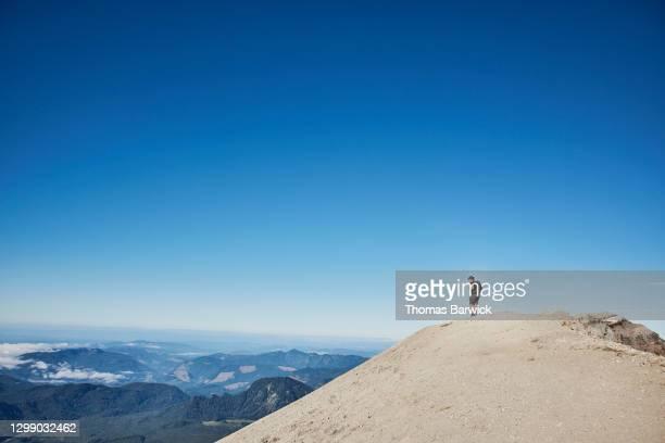 teenage boy looking at view from top of mt st helens - paisajes de st thomas fotografías e imágenes de stock