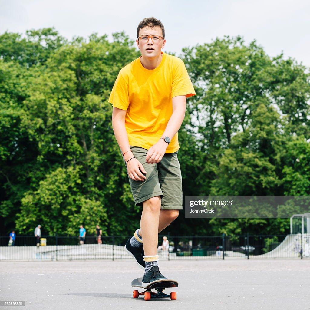 Teenager Junge auf einem skateboard : Stock-Foto