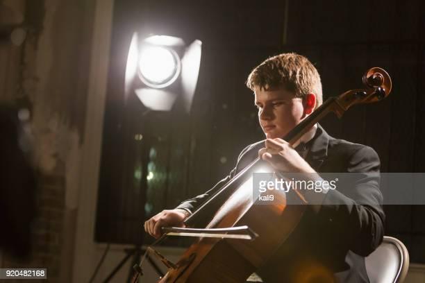 tiener speelt contrabas in concert - wonderkind stockfoto's en -beelden