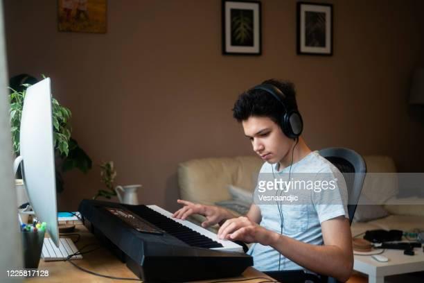 電子キーボードで演奏する10代の少年 - ピアノ - キーボード奏者 ストックフォトと画像