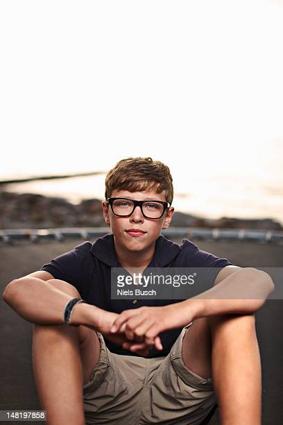 Jeune garçon assis sur trampoline