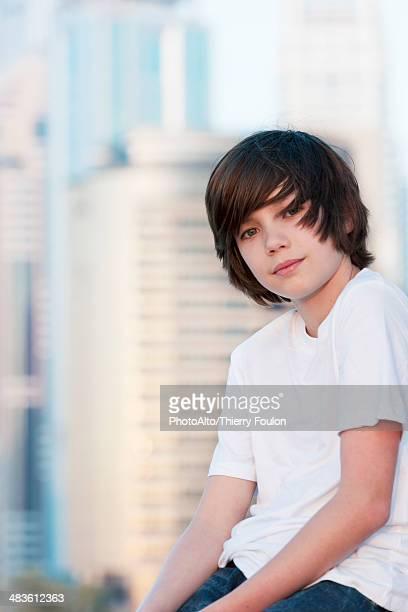 teenage boy sitting outdoors, portrait - só meninos adolescentes imagens e fotografias de stock