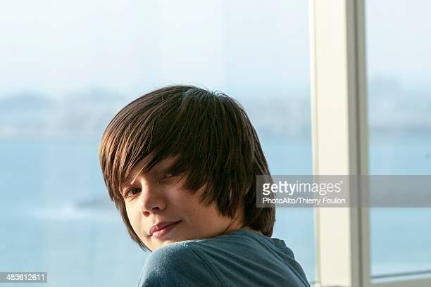 teenage boy smiling over shoulder, portrait - só meninos adolescentes imagens e fotografias de stock
