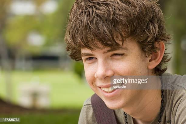 jeune garçon étudiant avec un grand sourire. - un seul jeune garçon photos et images de collection