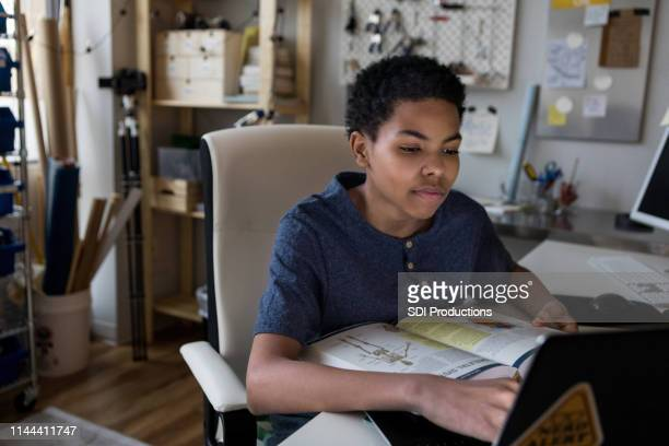 teenage boy studies voor science test - middelbare scholier stockfoto's en -beelden