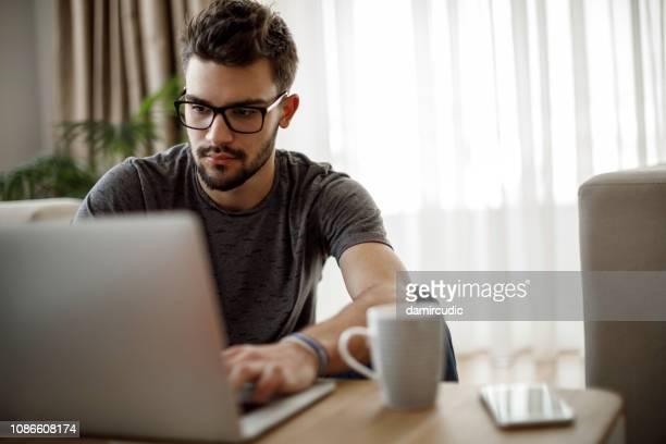adolescente usando o laptop em casa - home office - fotografias e filmes do acervo