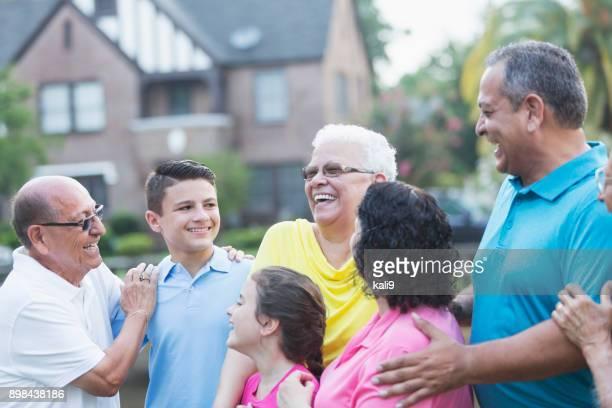 Adolescent avec plusieurs génération famille