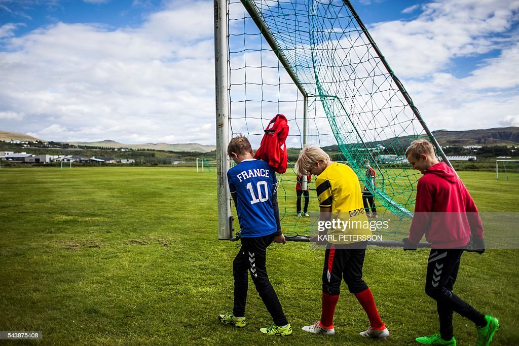 Teenage boys attend a training on June 28, 2016 at the the football club Afturelding in Mosfellsbaer, outside of Reykjavik, where national Iceland's football player Hannes Haldorsson trained as a teenager. / AFP / Karl Petersson / TO