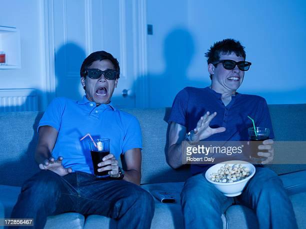 Männliche Teenager beobachten scary movie