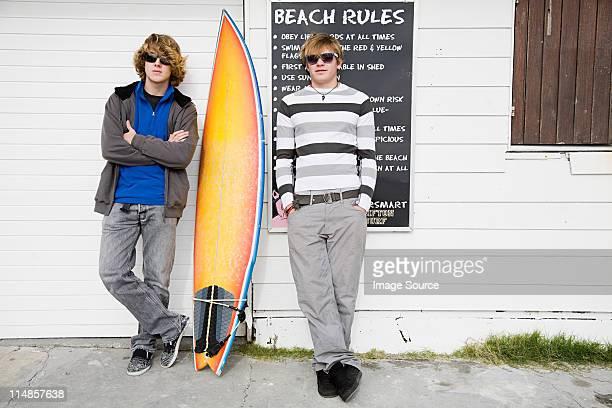 10 代の少年とサーフボード - ポケットに手を入れている ストックフォトと画像