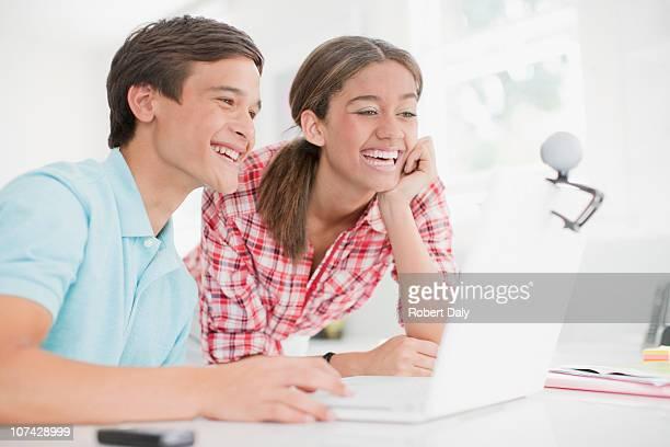 jeune couple profitant de chat vidéo sur un ordinateur portable - teen webcam photos et images de collection