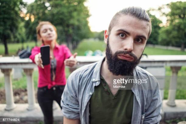 tiener paar gaan door een ruzie - achteloos stockfoto's en -beelden