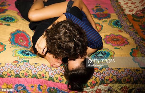 teenage couple kissing on bed - meninos - fotografias e filmes do acervo