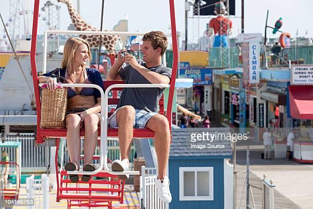 couple d'adolescents sur la grande roue