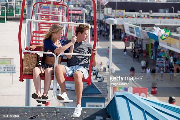 adolescenti coppia sulla ruota panoramica - new jersey foto e immagini stock
