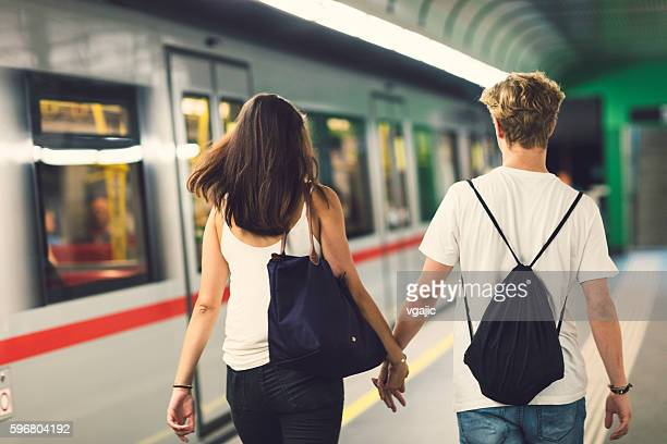 teenagerpaar - ubahn stock-fotos und bilder