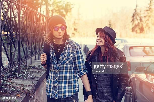 Teenager Paar entlang der Straße