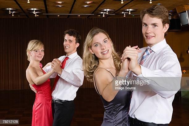 10 代のカップルダンス