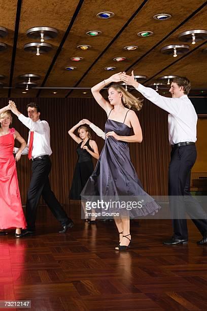 Jeunes couples de danse