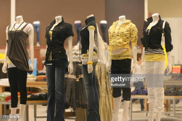 Adolescents Mannequins dans le magasin de mode