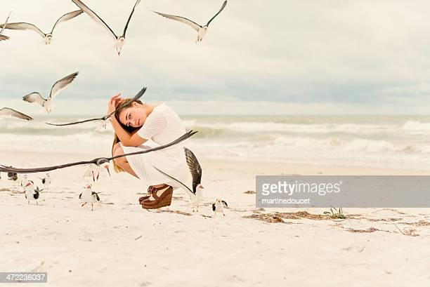 Teenager Mode am Strand mit Vögel.